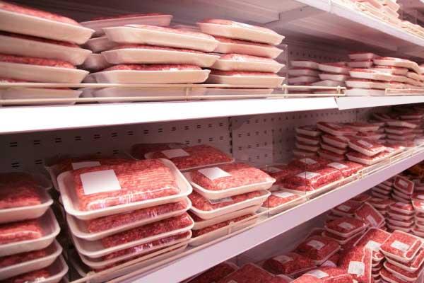 Sección de carnes en un supermercado